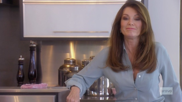 """Lisa Vanderpump Posts Proof That RHOBH """"Fan"""" With Autographed Photo Is A Paparazzi Guy To Shade Kyle Richards"""